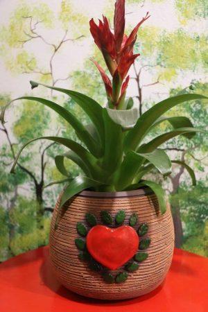 Květináč se srdcem tmavý, v 17 cm, průměr 19 cm, otvor 14 cm