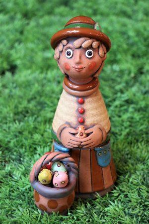 Chlapec s košíkem plným kraslic, v 26 cm