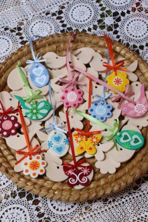 Jarní sada keramických minivymalovánek (2 kytičky v 5 cm, 1 motýlek, 1 ptáček, 1 vajíčko), bílé, bez dekoru
