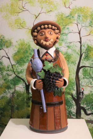 Vinař v klobouku s koštýřem a hroznem vína II., v 40 cm