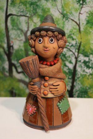 Čarodějnice malá s koštětem, hnědá sukně, v 27 cm