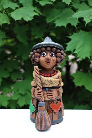 Čarodějnice menší v klobouku s koštětem, 22 cm