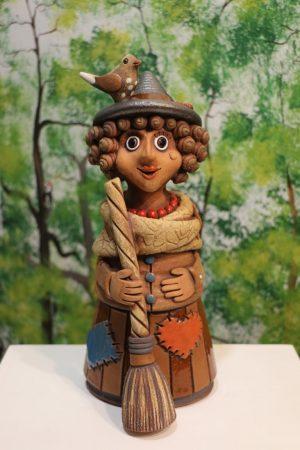 Čarodějnice v klobouku větší s koštětem a ptáčkem, v 34 cm