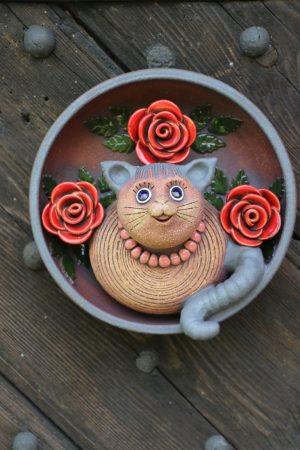 Kočka v nástěnném talíři se třemi růžemi (⌀ 28 cm, v 15 cm)
